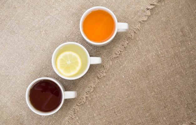 Tassen mit verschiedenen teesorten