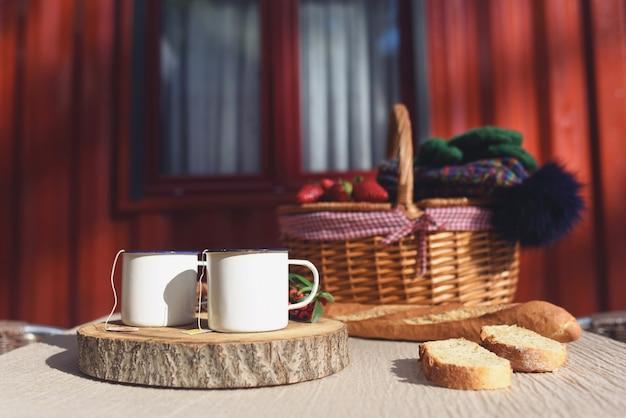 Tassen tee an einem winterwochenende für zwei personen