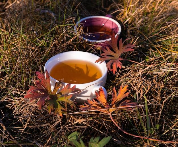 Tassen tee mit blättern