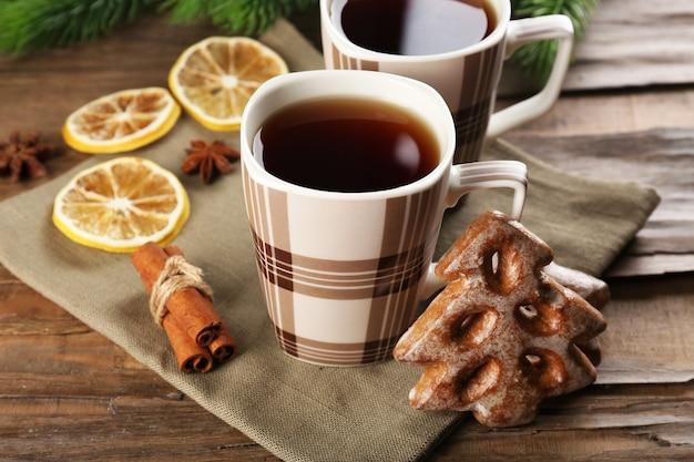Tassen tee mit keksen auf tischnahaufnahme