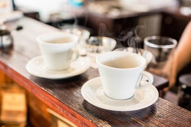 Tassen tropfkaffee auf bar der kaffeestube