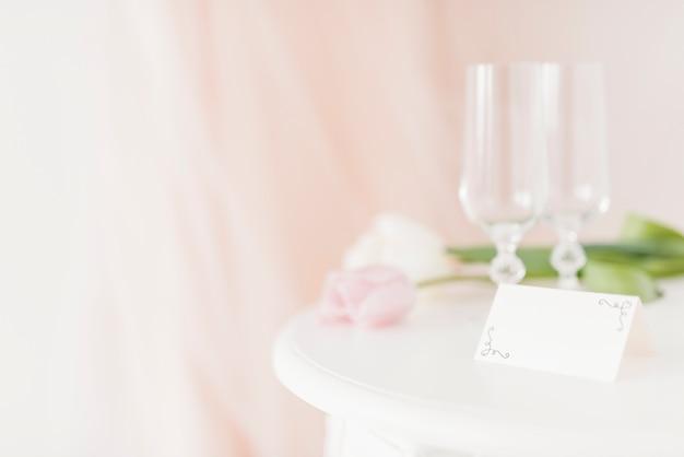 Tassen und blumen auf dem tisch