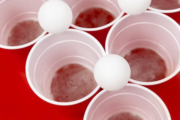 Tassen und plastikkugel. bier-pong-spiel