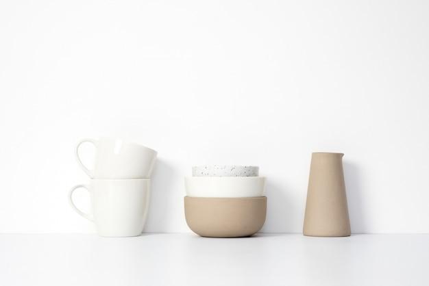 Tassen und schüsseln in der küche