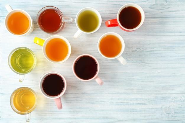 Tassen verschiedenen tees auf holztisch