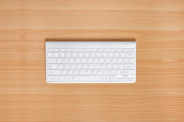 Tastatur auf holztisch. ansicht von oben.