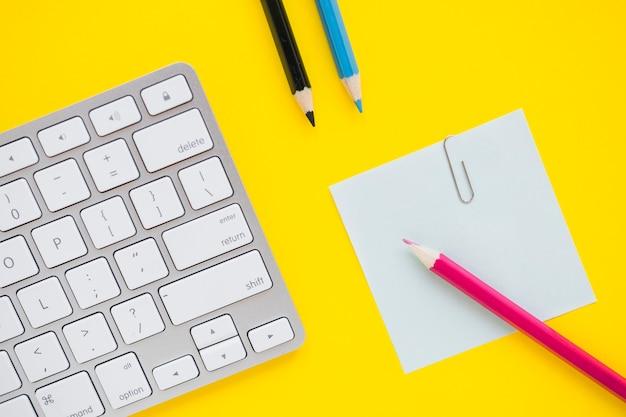 Tastatur mit notiz und stiften