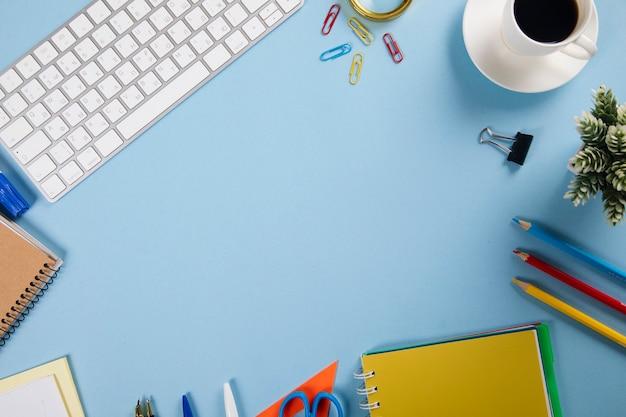 Tastatur mit notizblock und schreibwaren und kaffee