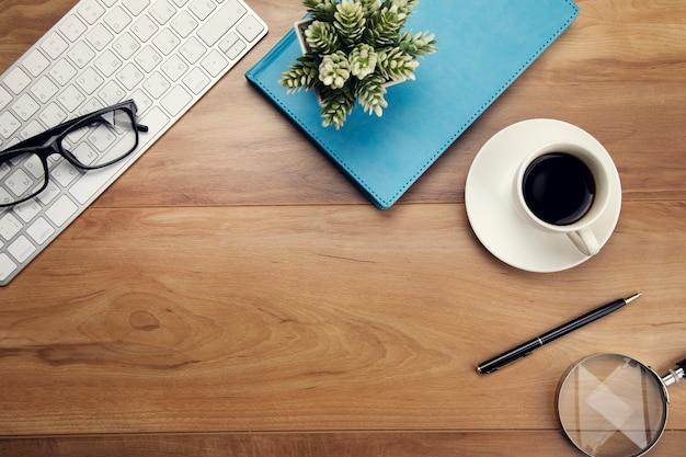 Tastatur mit notizbuch mit kaffee auf dem tisch