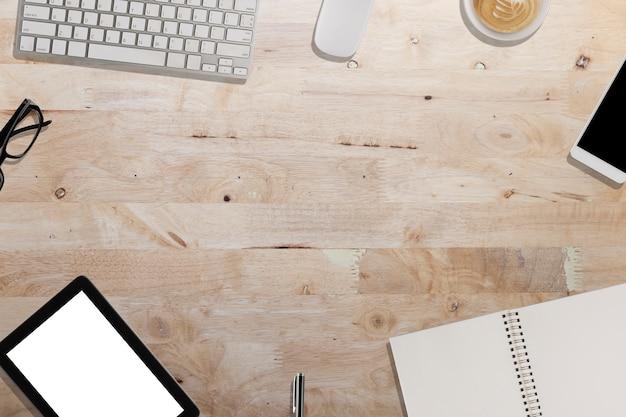 Tastatur, smartphone, tablet, notebook auf holzschreibtisch