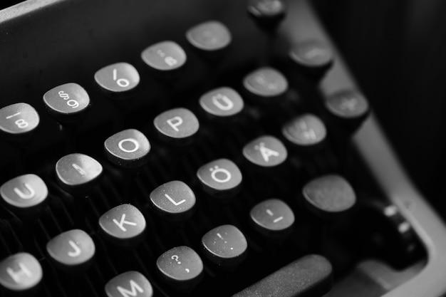 Tasten mit buchstaben der englischen sprache auf einer alten schreibmaschine