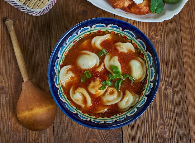 Tatar corbasi knödelsuppe in schüssel