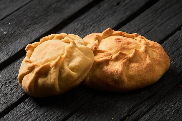 Tatar pie dreieck echpochmak, russische kurnik, leckeres gebäck mit huhn und kartoffeln