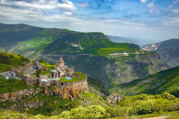 Tatev-kloster und berge in armenien