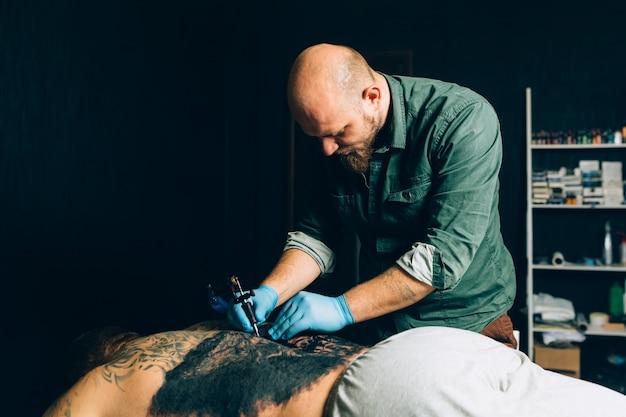 Tattoo meisterkünstler macht ein tattoo. nahansicht