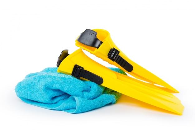 Tauchausrüstungsschutzbrillen, -schnorchel und -flipper auf weißer oberfläche.