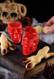 Tauchen sie knusprige shortbread-kekse in form von hexenfingern in heiße schokolade