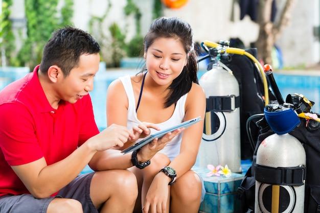 Tauchlehrer und student in einer asiatischen tauchschule