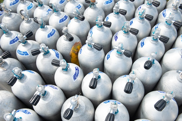 Tauchsauerstoffbehälter unter dem meer des tauchens auf der insel in thailand.