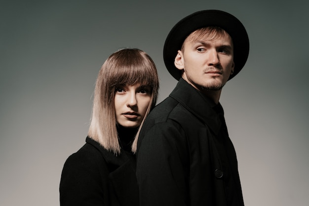 Tausendjähriges modepaar auf einem grau im studio