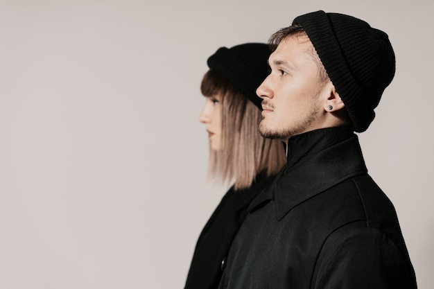 Tausendjähriges modepaar auf einem weißen im studio