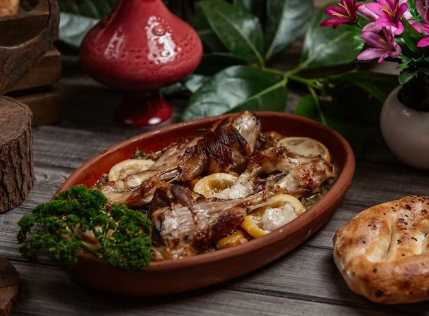 Tava-kebab, barbecue in einer töpferpfanne