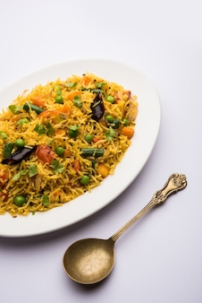 Tawa pulao oder pulav oder pilaw oder pilau ist ein indisches street food, das aus basmatireis, gemüse und gewürzen hergestellt wird. selektiver fokus