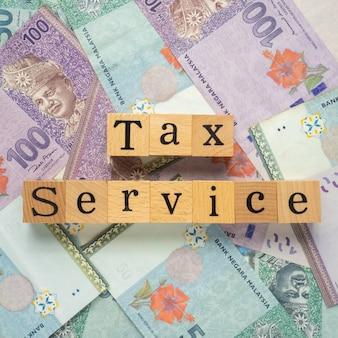 Tax service text auf einer banknote