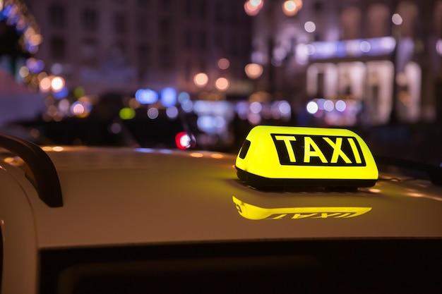 Taxi auto taxi irgendwo auf der straße wartet auf einen passagier.