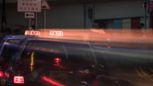Taxi in der nachtstraße von hong kong