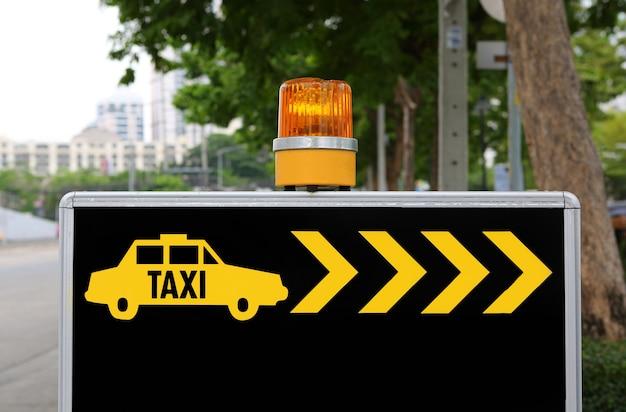 Taxi-schild mit orange sirene, taxi brauchen