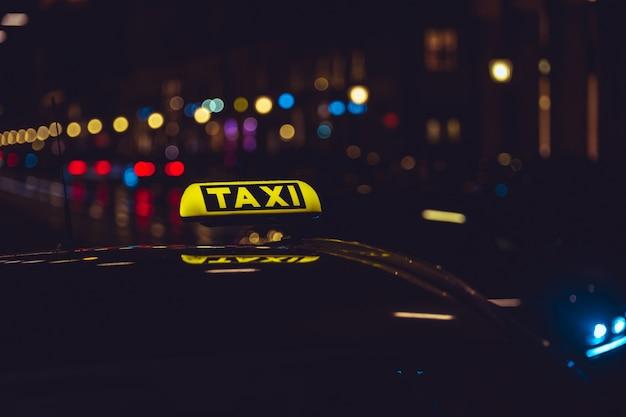 Taxi zeichen auf auto während der nacht