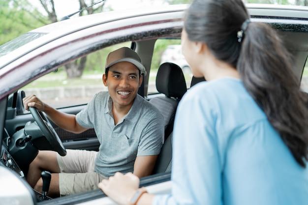 Taxifahrer wählen einen kunden aus, wenn sie nach dem ziel fragen