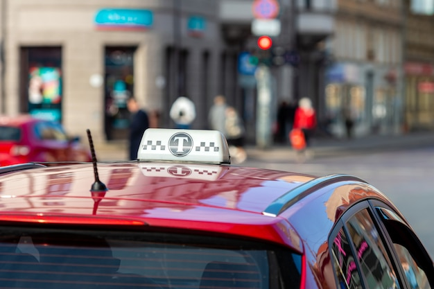 Taxischild auf einem roten autodach