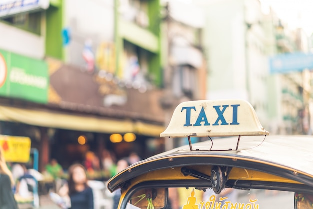 Taxischild oben auf dem tuk-tuk