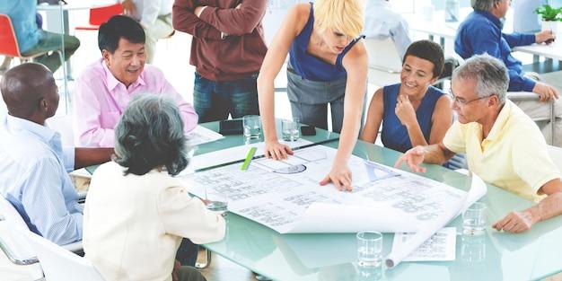 Team arbeitet an einem layout