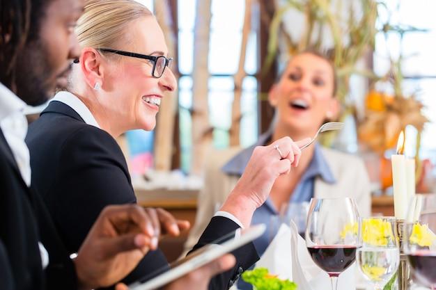 Team beim geschäftsessen im restaurant