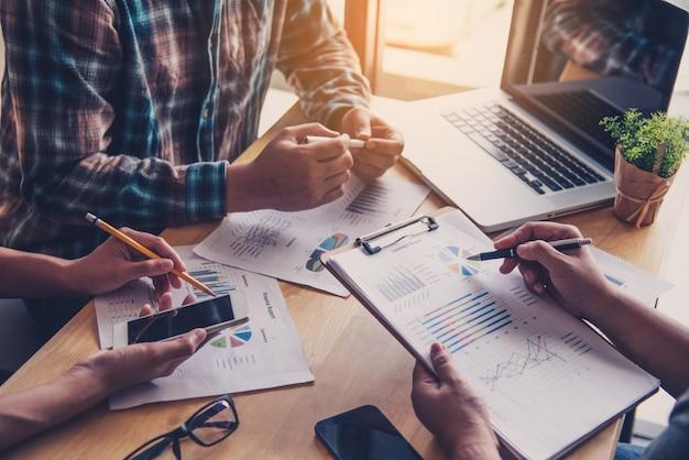 Team-business-job. arbeiten mit laptop im offenen büro. sitzungsbericht in bearbeitung