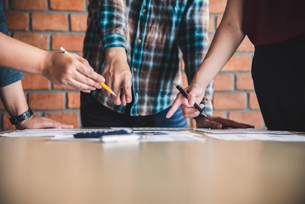 Team businessmans job. arbeiten mit laptop im open space office. sitzungsbericht in bearbeitung