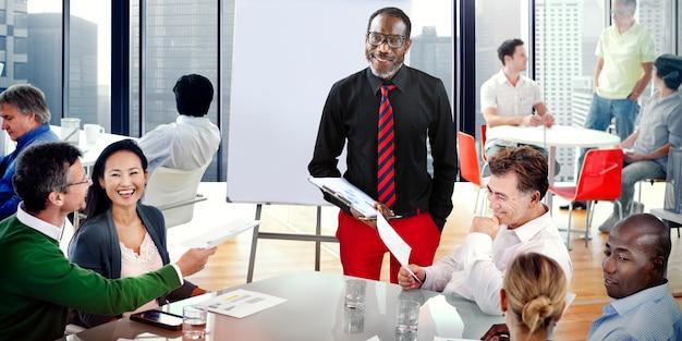 Team, das in einem büro zusammenarbeitet