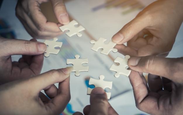 Team, das sechs puzzlesäge für teamkonzept zusammen setzt