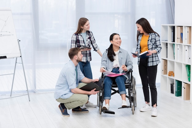Team, das ungültige mitarbeiter unterstützt