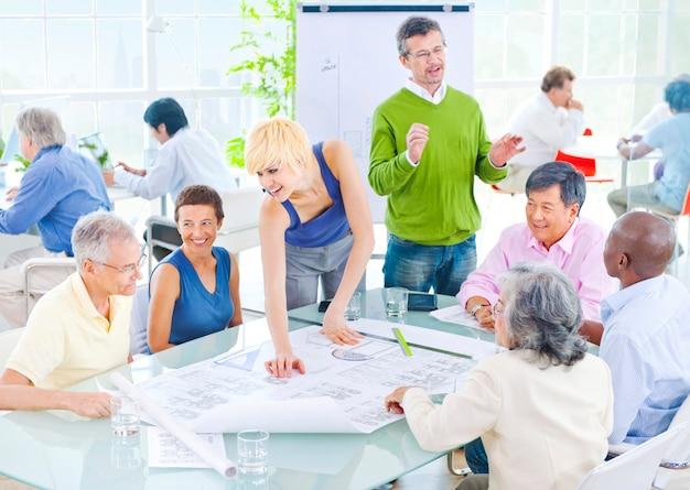 Team, das zusammen in einem büro arbeitet