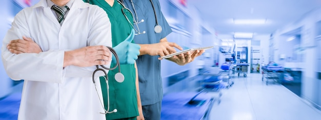 Team des arztes im krankenhaus gesundheitswesen und medizinkonzept.