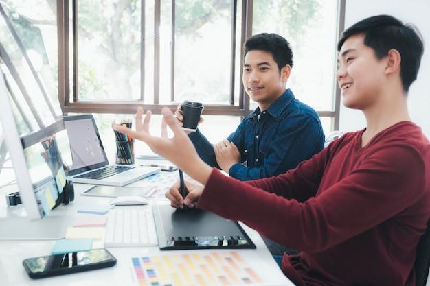 Team des kreativen designers arbeitend im büro.