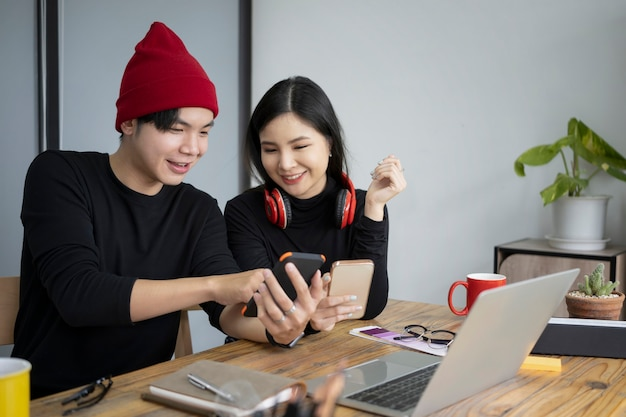 Team des kreativen designers, der im büro zusammenarbeitet.