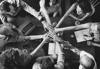 Team-Einheits-Freunde, die Partnerschafts-Konzept treffen