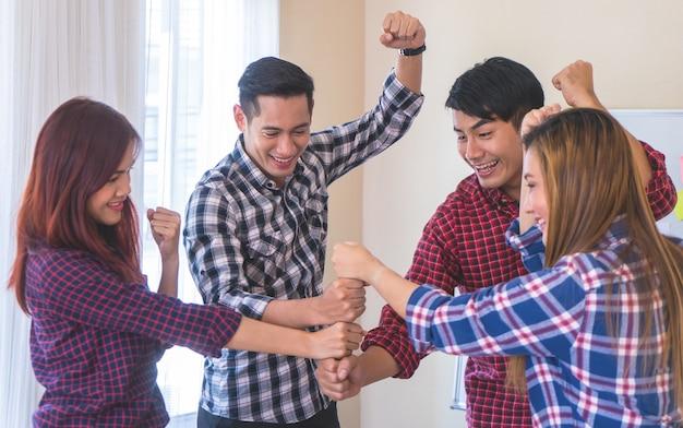 Team faust stoßen zusammen, um teamgeistkonzept zu bilden