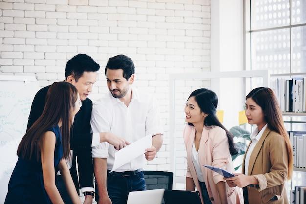 Team im büro, treffen diskutieren über die arbeit