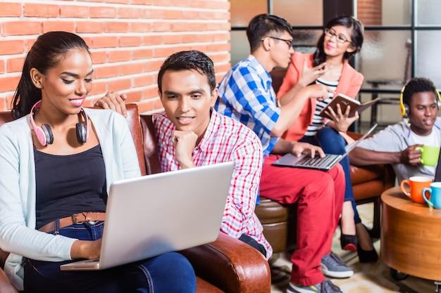 Team in der kreativagentur arbeitet mit laptop